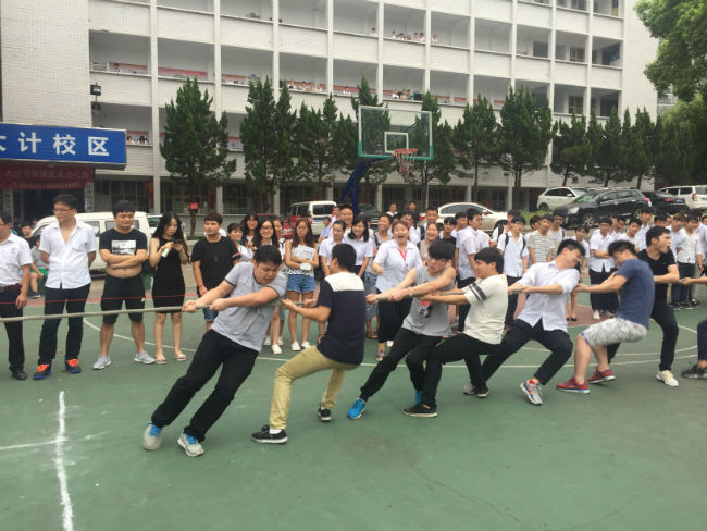 <strong>我校举行2017年夏季拔河比赛决赛</strong>
